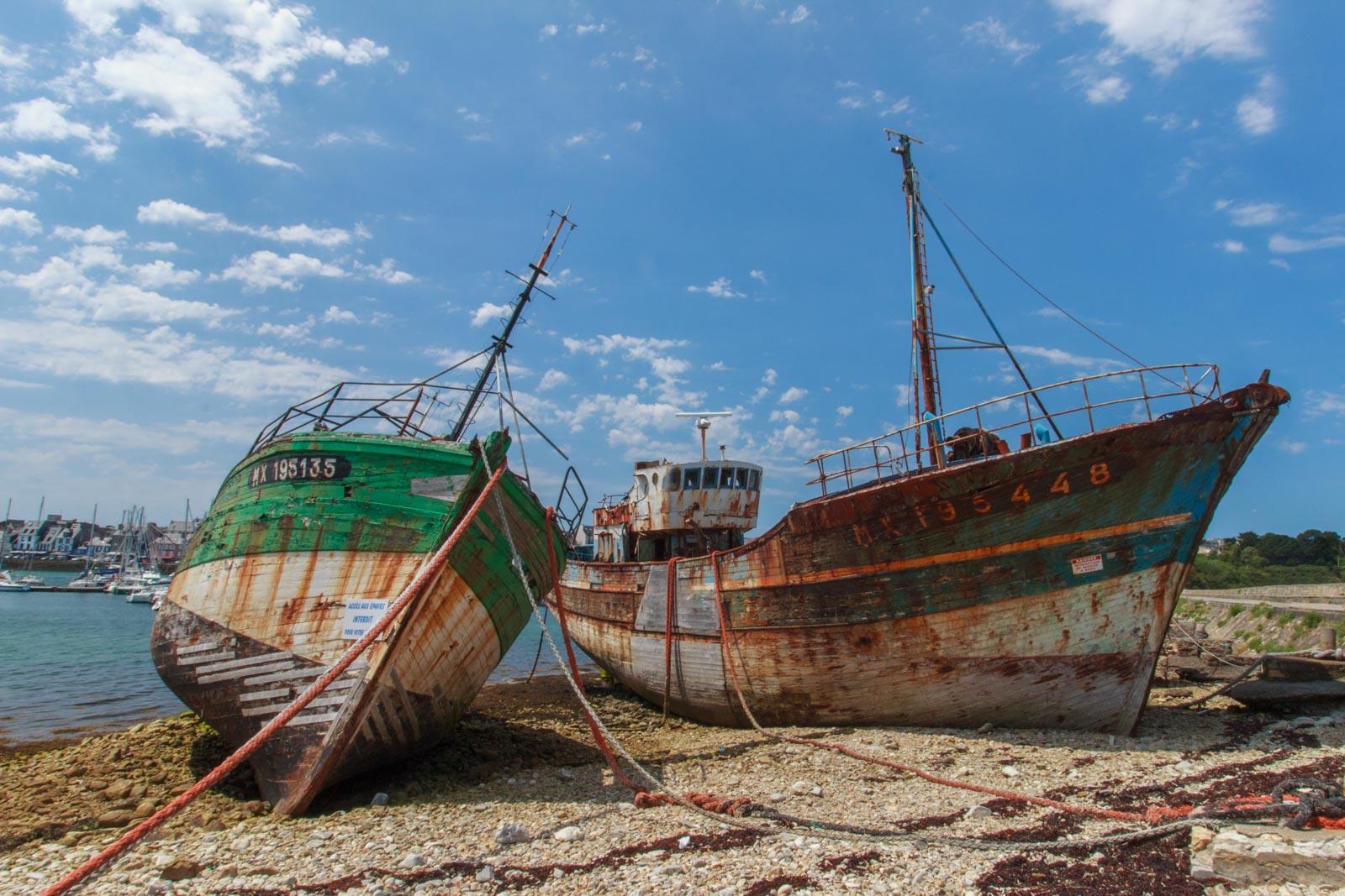 Oude vissersboten op het droge