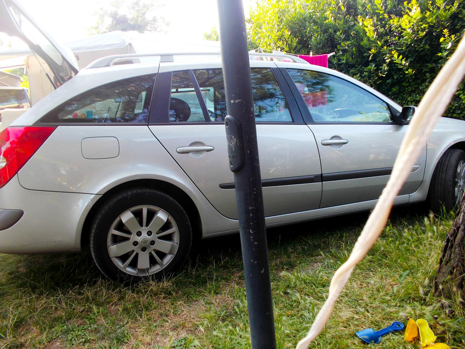 Grijze auto op de camping