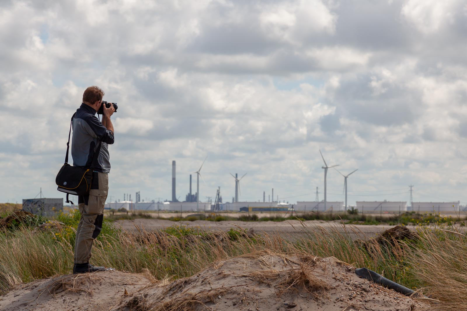 Cursist van Fotografieles.nl aan het fotograferen op de Maasvlakte