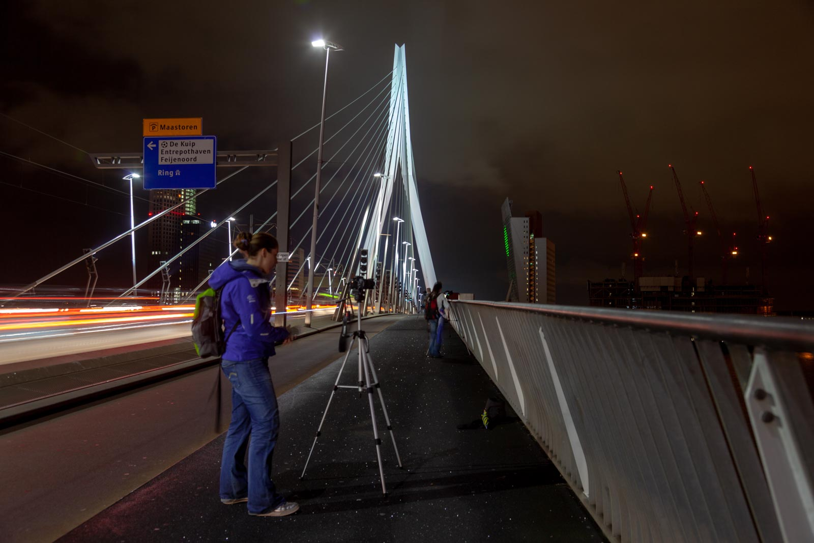 Cursist aan het fotograferen op de Erasmusbrug in Rotterdam
