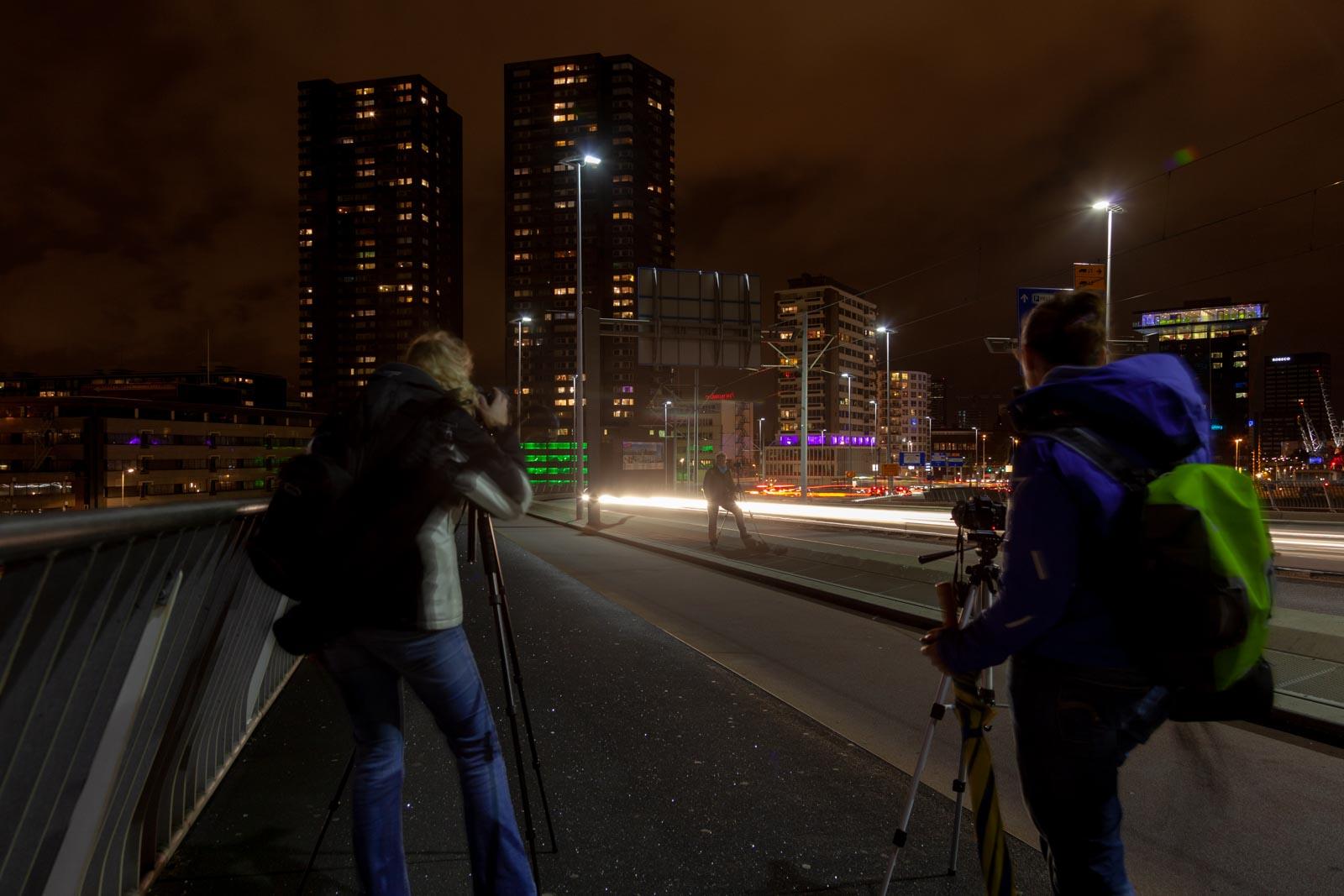 Cursisten aan het fotograferen op de Erasmusbrug in Rotterdam