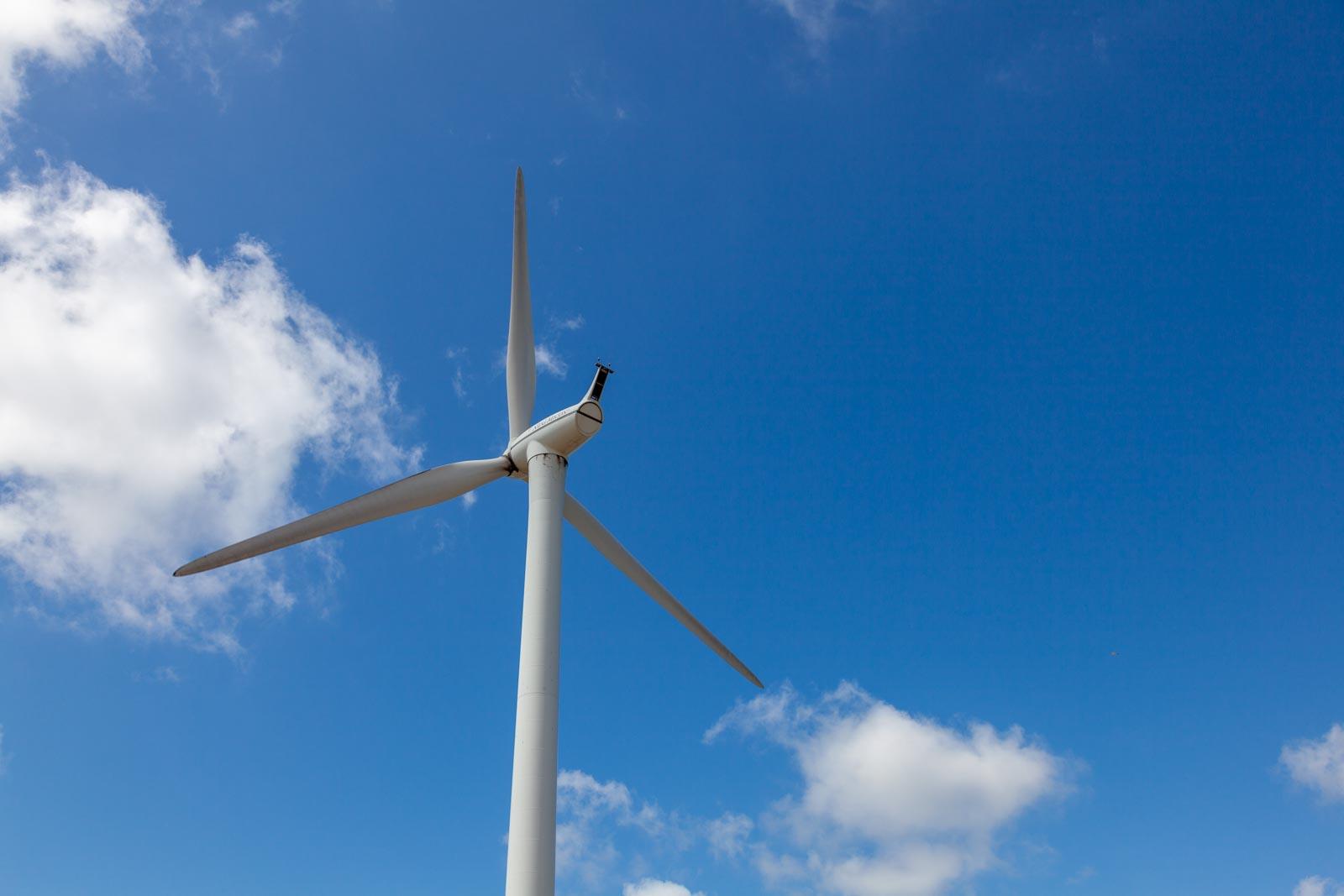 Windmolen tegen een wolkenlucht