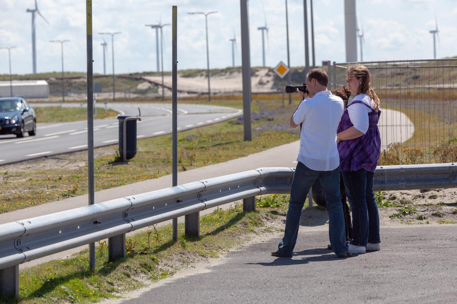Redmar geeft uitleg aan een cursist van Fotografieles.nl op de Maasvlakte