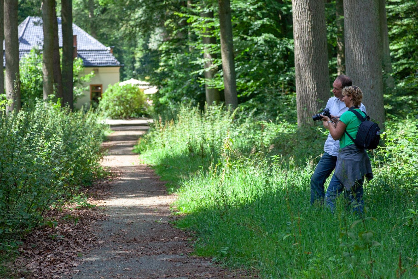 Redmar geeft uitleg aan een cursist van Fotografieles.nl in het Liesbos