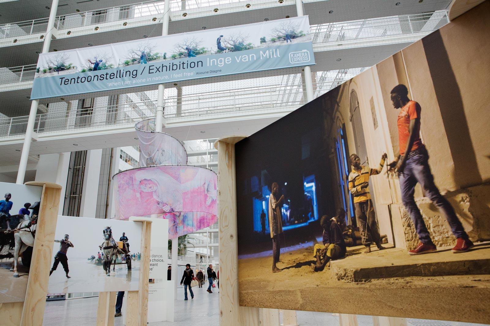 Expositie van Inge van Mill, Isabouckar, in het Atrium van het stadhuis in Den Haag