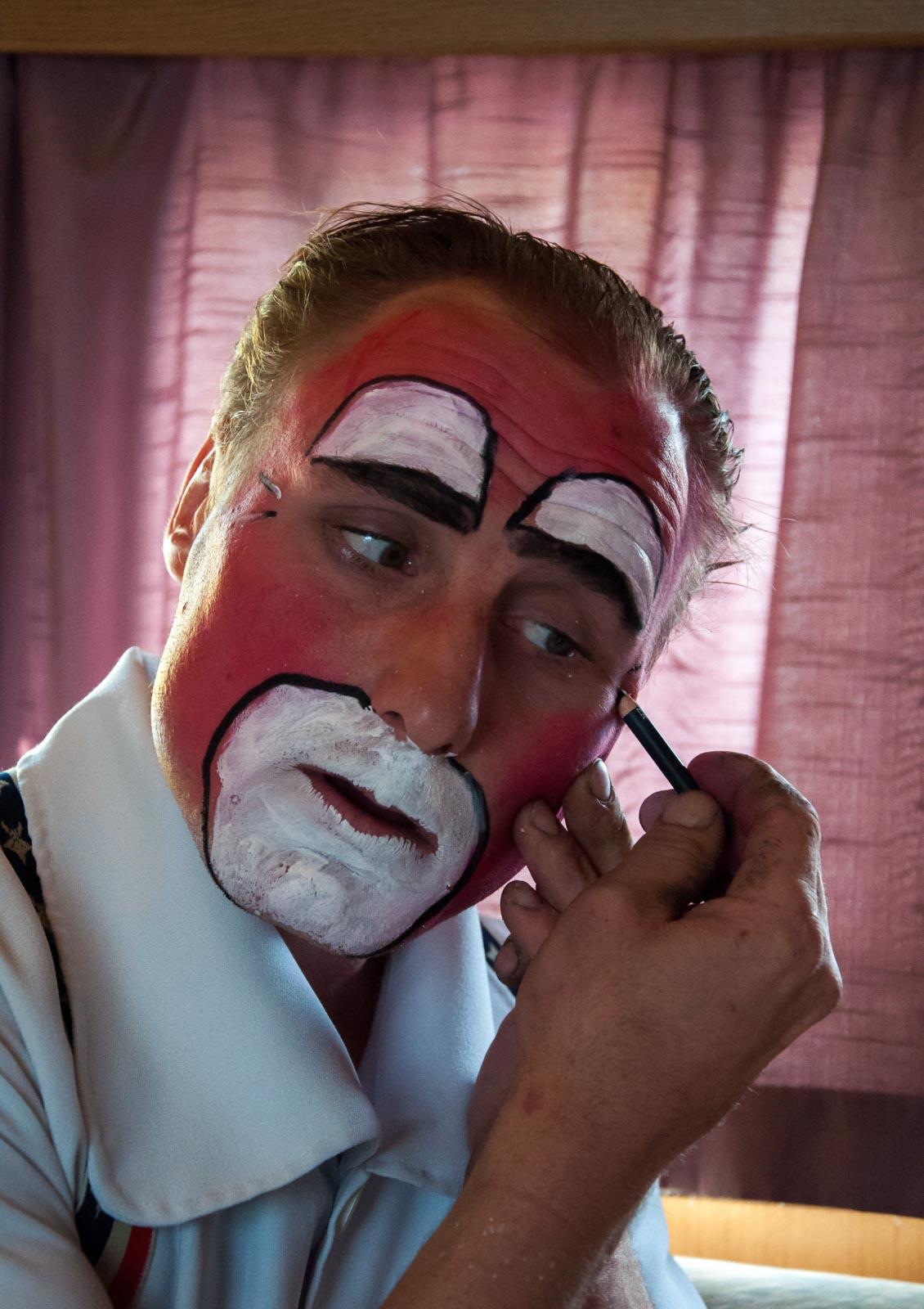 Clown maakt zich op met schmink. Foto: Grada de Graauw.