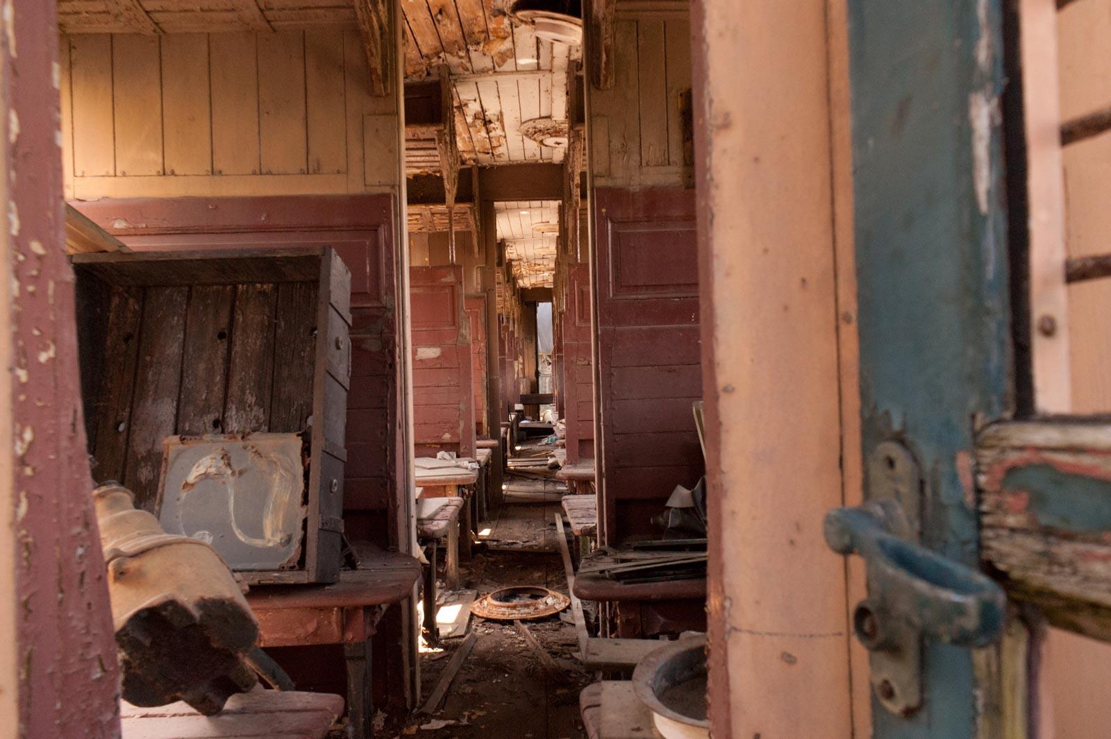 Interieur van een oud treinstel van fotograaf Huib Gunst