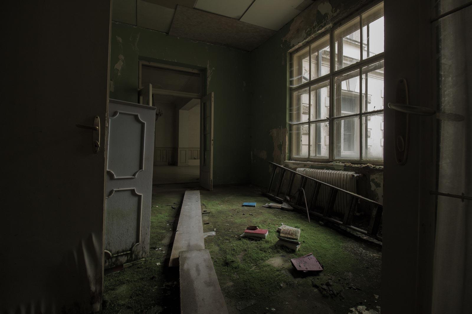 Winnaar fotografiewedstrijd Fotografieles.nl.The Moss Room, een verlaten hotel tussen de prachtige bergen in Oostenrijk. Fotograaf: Marlon Moes.