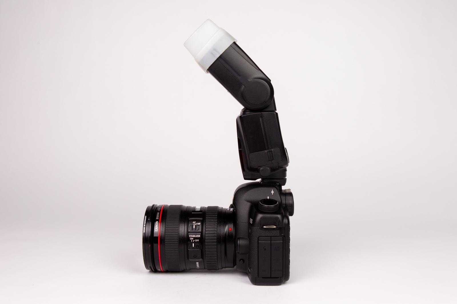 Externe flitser op een camera gekanteld met omnibounce