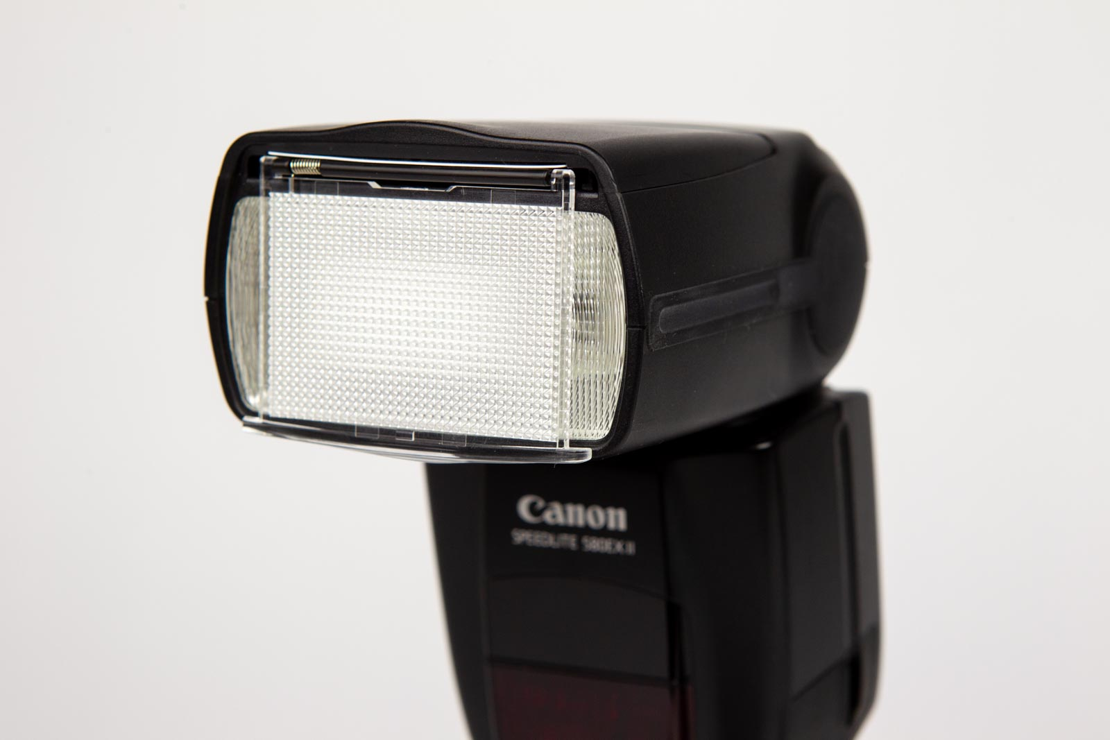 Externe flitser op een camera gekanteld met groothoekadapter