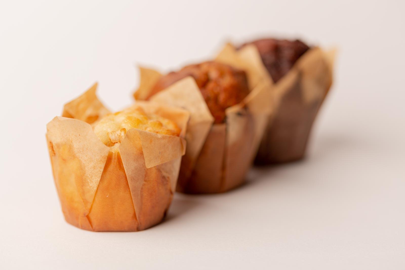 3 cupcakes op een rij met weinig scherptediepte