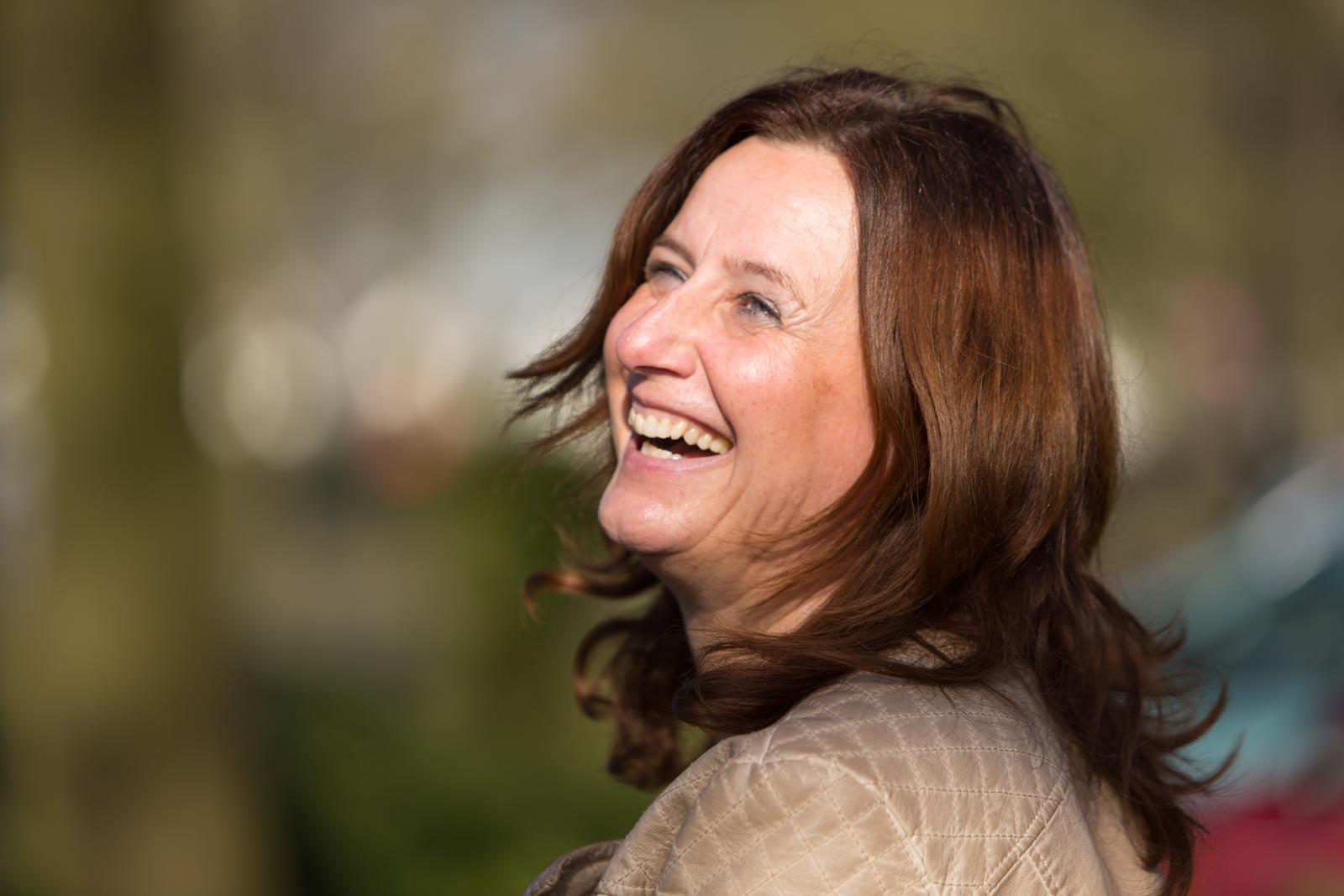 Portret van een lachende dame