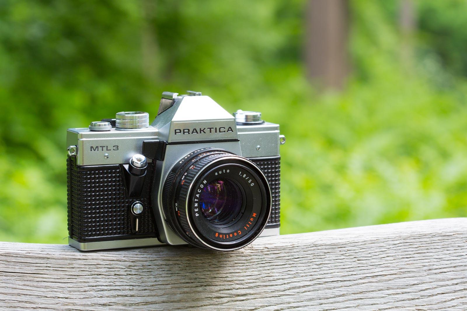Oude Praktica camera buiten gefotografeerd