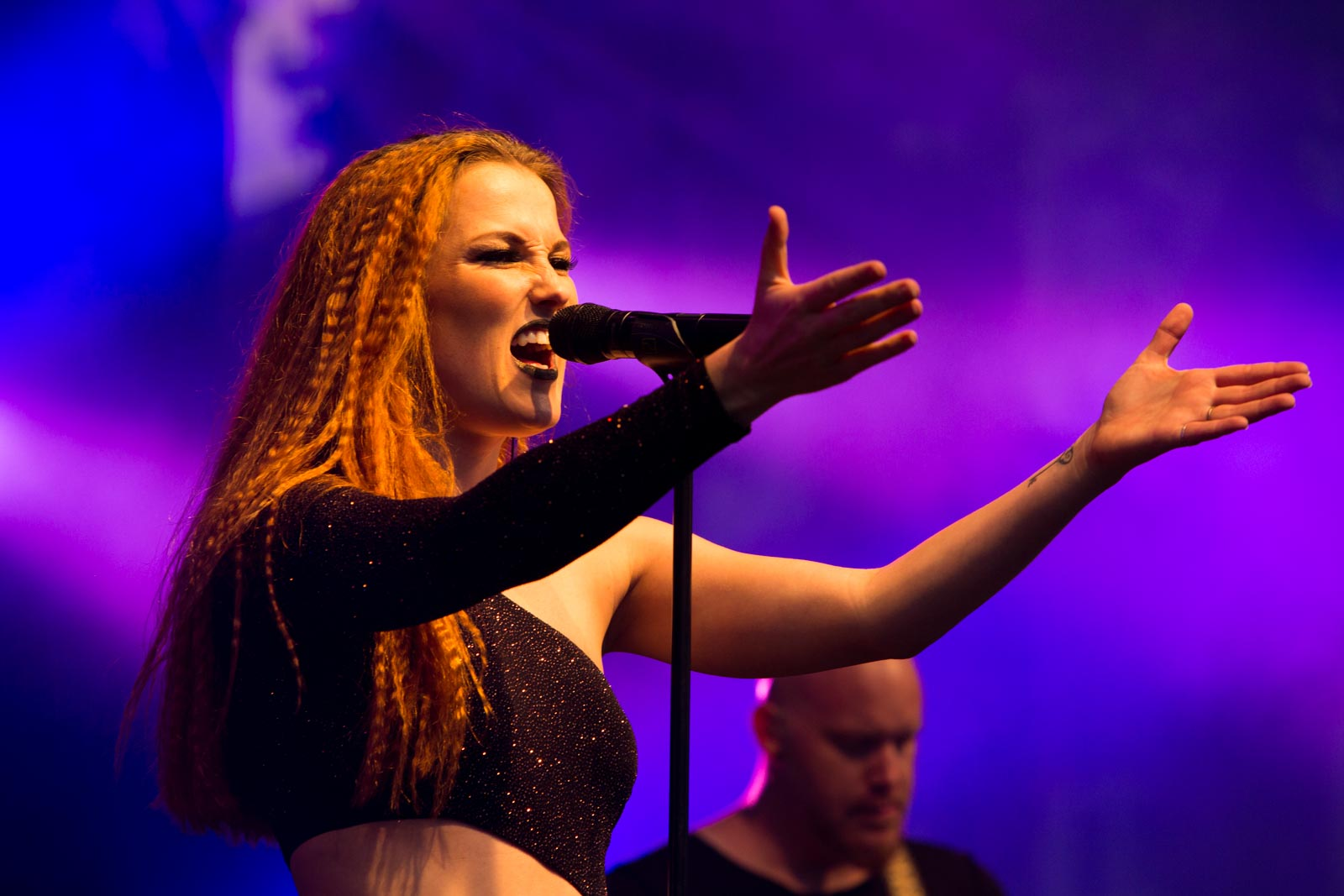 Zangeres Sanne Mieloo op het podium
