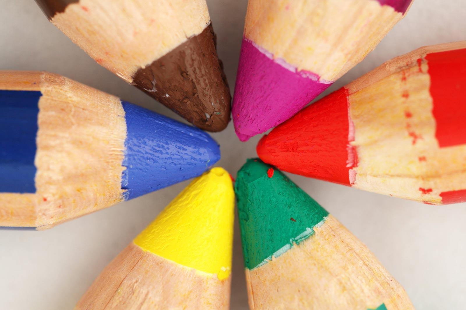 Punten van gekleurde potloden van bovenaf gefotografeerd
