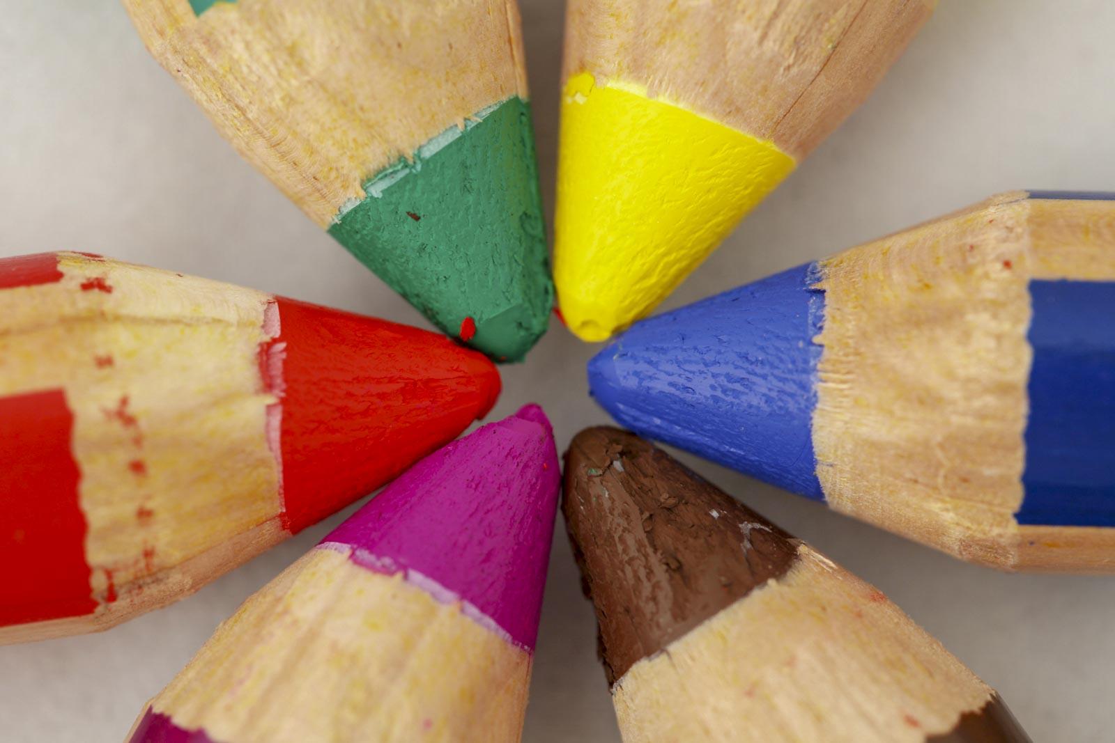 Punten van gekleurde potloden van bovenaf gefotografeerd met adobeRGB kleurruimte ingesloten