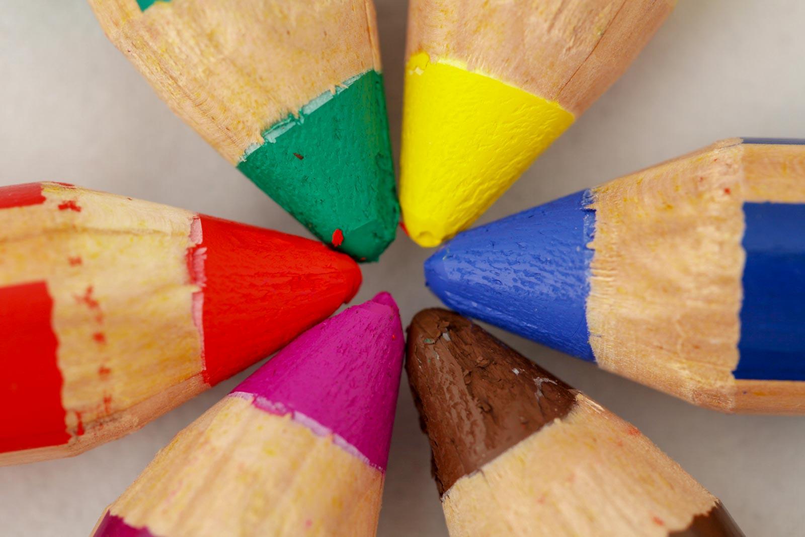 Punten van gekleurde potloden van bovenaf gefotografeerd met sRGB kleurruimte ingesloten