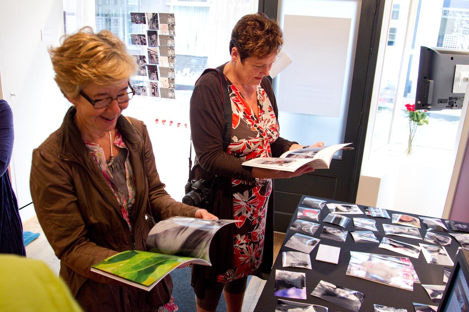 Bezoekers bekijken het project Fleur van fotograaf Petra Cools